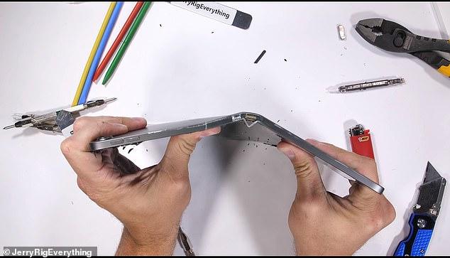 YouTube博主掰弯新款iPad Pro 新品质量遭考验