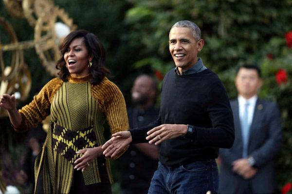 奥巴马惊喜亮相妻子米歇尔新书宣传会 读者大喊我们想你!
