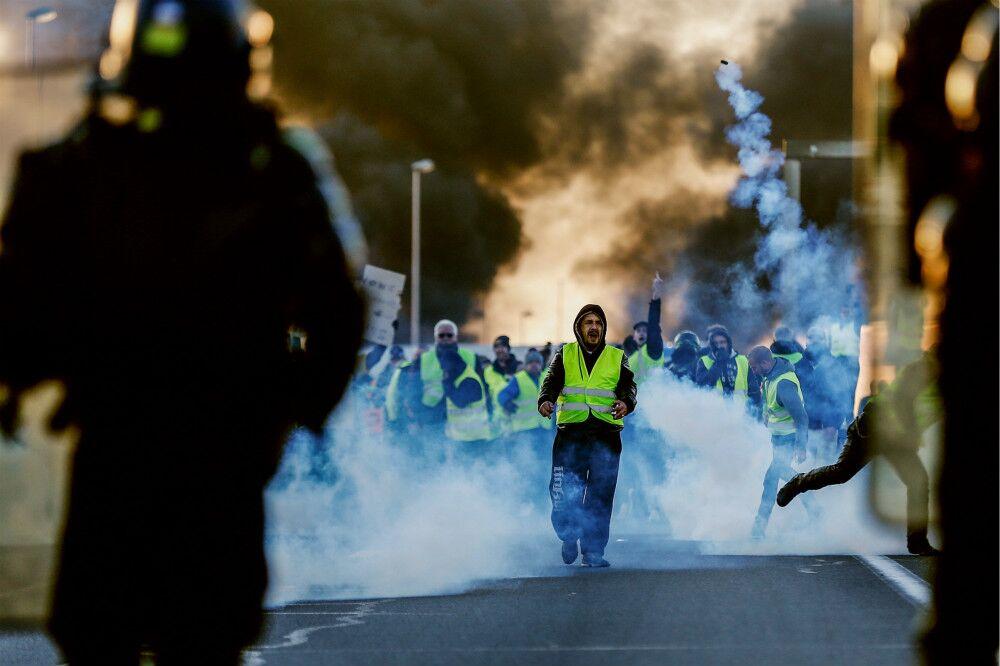法国爆发大规模游行抗议油价上涨 马克龙支持率跌至25%