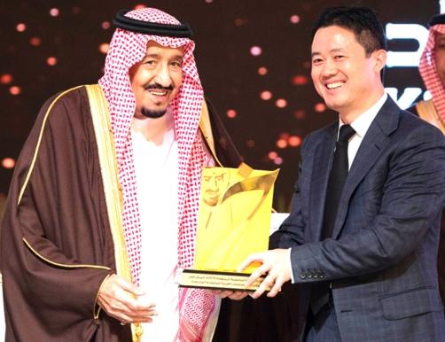 沙特国王向华为颁发国家级企业责任竞争力金奖