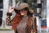 女星周末出街,金色长筒靴豹纹装秀完美曲线!