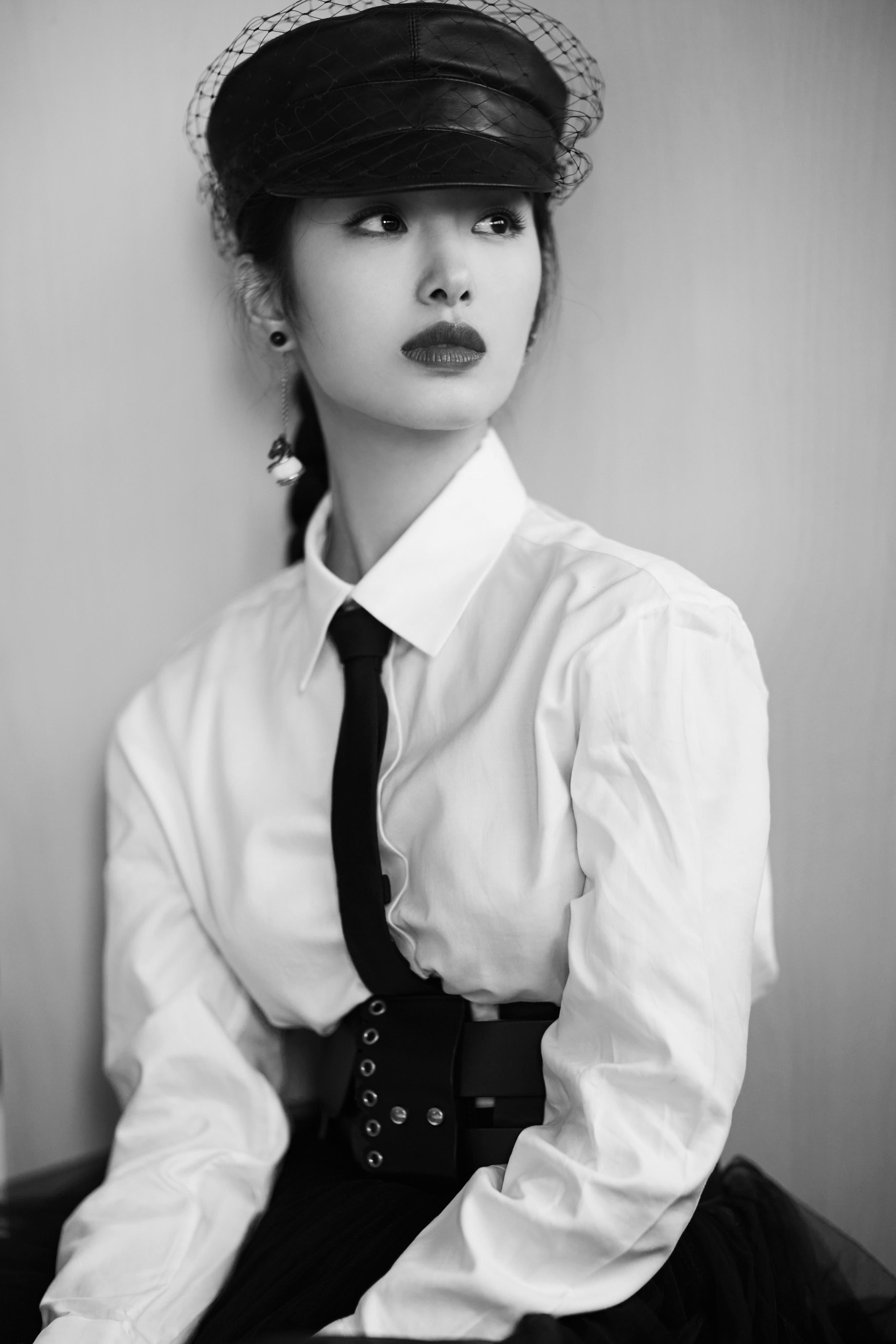 杨采钰英气亮相 经典国际范儿彰显酷帅格调