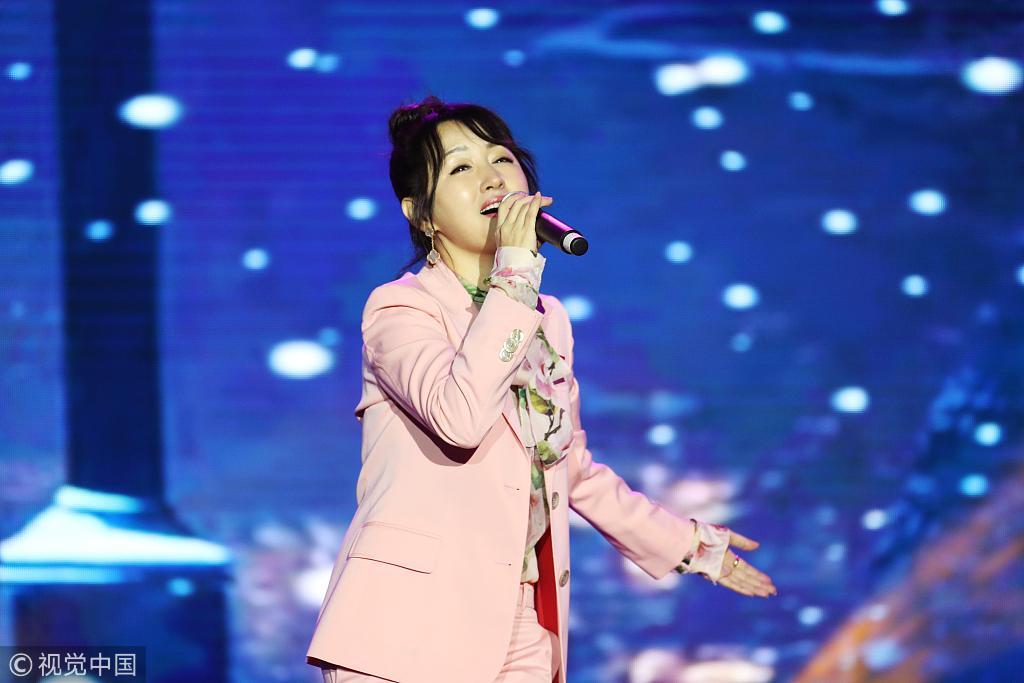 47岁杨钰莹穿粉西装优雅甜美 风采依旧