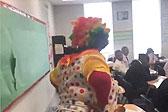 亲妈的暴击!美母亲扮小丑进教室教育儿子
