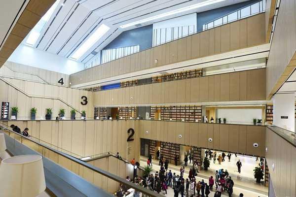 中新友好图书馆开放:找书有导航 扫码刷脸可借还
