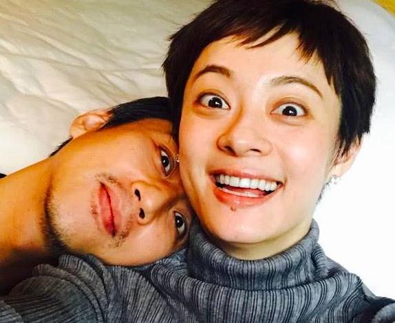 孙俪在酒店玩自拍,邓超靠在老婆肩膀上一脸疲倦,网友:随性不装