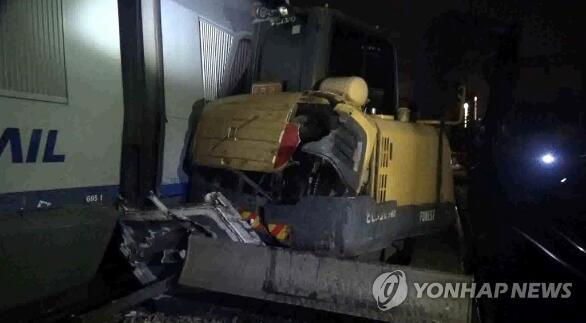 惊险!韩国载140余乘客高铁进站撞上挖掘机