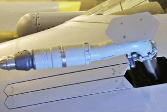 太科幻!近观隐形战机内埋式加油管伸出过程