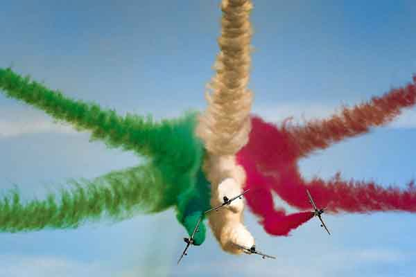 """炫酷!意大利""""三色箭""""表演队在科威特上空秀飞行特技"""