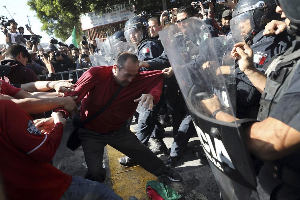 """数千名移民滞留墨西哥 当地居民示威轰他们""""出去"""""""
