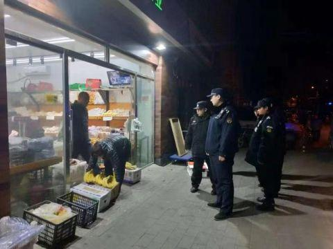 朝阳区潘家园城管执法队查处8起店外经营
