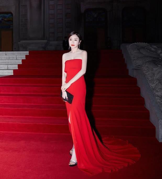 秦岚一红一黑礼服现身韩国,清纯与妩媚相结合,惊艳全场