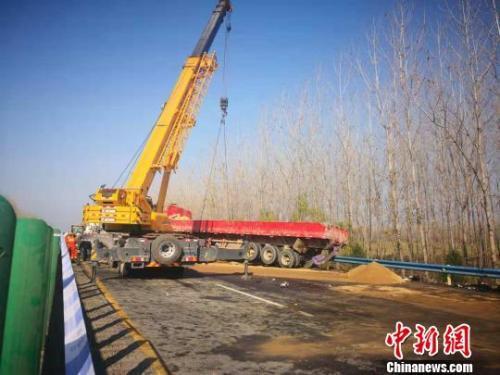大广高速河南境内28车连环撞致3死 伤员仍在救治