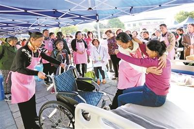 浦东:展示家政风采 家政技能竞赛展示进社区
