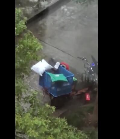 快递员雨中暴哭非快递被盗 因与女友吵架情绪不稳