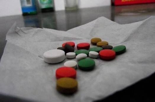 男子8年吃了3万粒感冒药 不吃就抑郁浑身难受