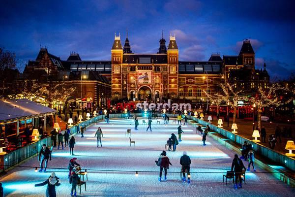 荷兰:阿姆斯特丹国立博物馆前滑冰欢乐多多