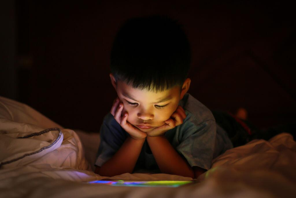 长时间使用电子产品导致青少年焦虑 合理控制时间是关键