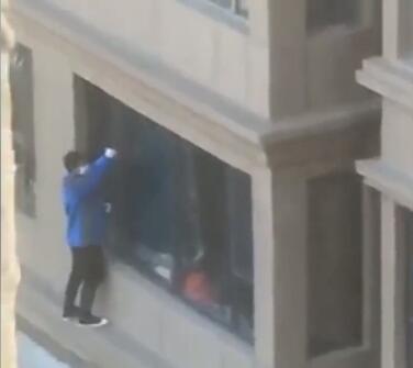 """窃贼大白天撬窗爬楼入室,被居民拍下在业主群""""直播"""""""
