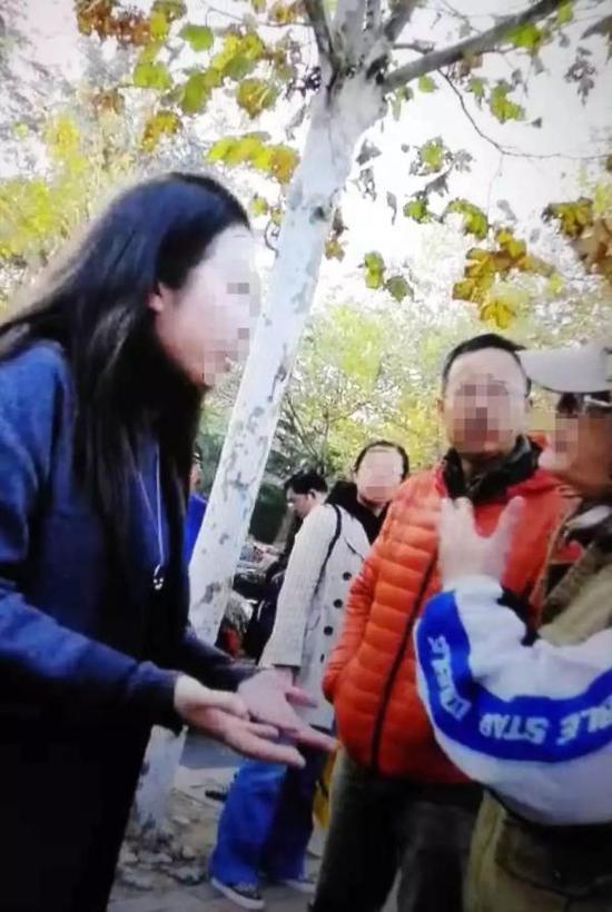 """青岛通报""""家长殴打班主任"""":因不满孙子被同学踢伤,处行拘"""