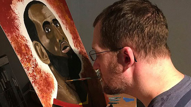 美画家失去双臂 用嘴作画重拾生活希望