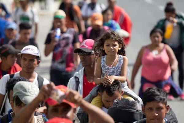 """大批中美洲移民持续逼近美墨边境 与千人移民""""大军""""汇合"""