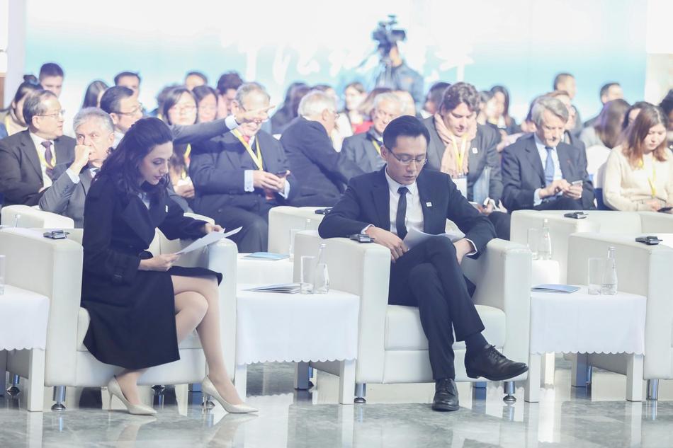 刘烨与妻子安娜助力中法环境年 亲密互动秀恩爱