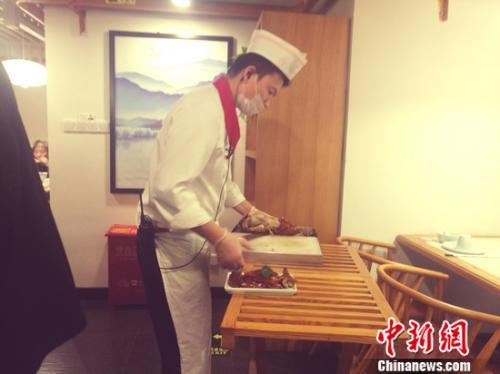 图为北京一家烤鸭店。谢艺观 摄