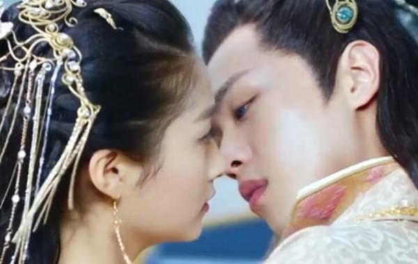女星拍吻戏,迪丽热巴用银行卡,关晓彤除了和鹿晗其他都用替身