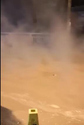 """郑州颍河路暖气管爆管,街道顿变""""热水河"""""""