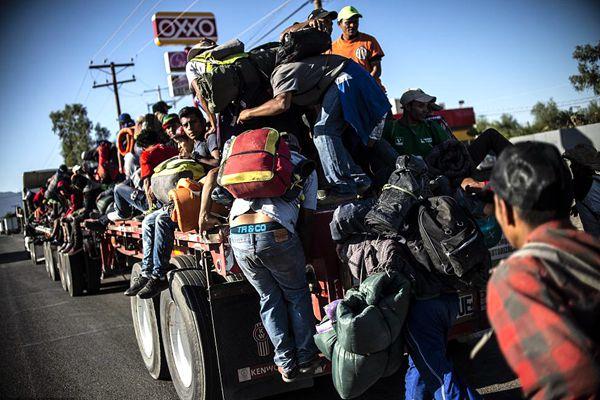 大批中美洲移民持续抵近美墨边境 敞篷车上挤满人