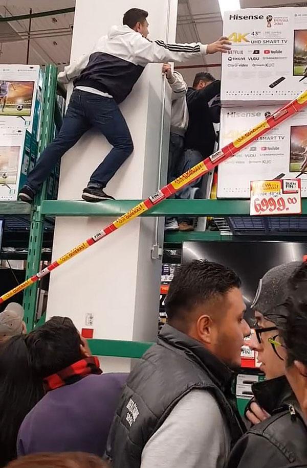 墨超市员工错标电视机价格至1折 顾客爬货架疯抢