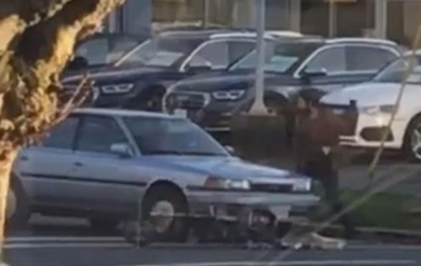 加男子骑车与女司机碰撞 就地大便将其扔挡风玻璃上