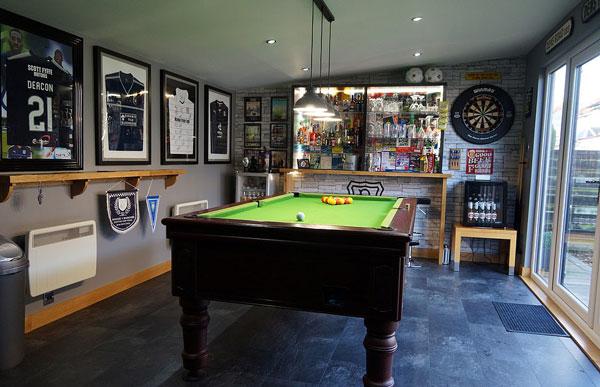 英球迷建花园小屋收藏纪念品 致敬当地足球俱乐部