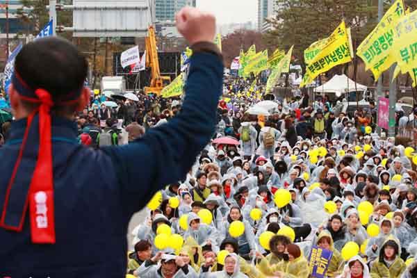 韩国工会成员举行全国大罢工 抗议政府劳动政策