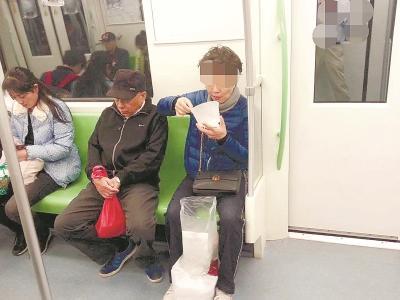 """地铁车厢内""""韭菜大饼""""卷土重来 守则规定又成摆设"""