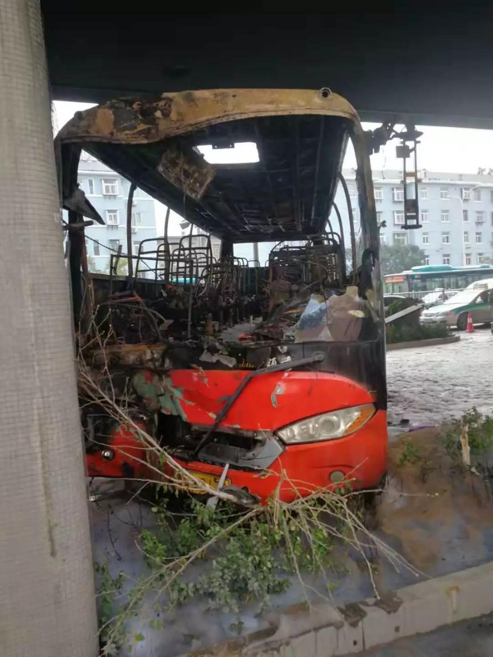 客车与面包车相撞乘客围观被交警呵斥,瞬间起