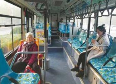 聊城公交车司机自费购买坐垫方便乘客
