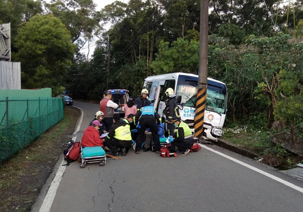 新北发生公交车自撞电线杆事故 6名受伤乘客加起来430岁