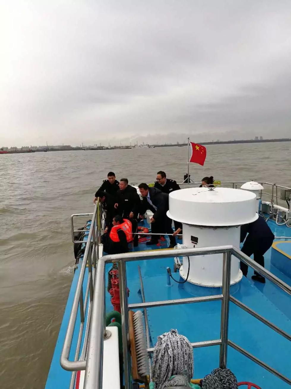 突发!今早一艘货船在江面翻沉,落水者被开往崇明的航班及时救起!