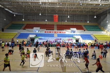 企业退休人员羽毛球网式柔力球比赛举行