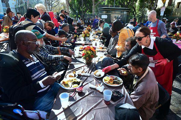 """感恩节将至 加州办""""长龙宴""""请流浪汉饱餐"""