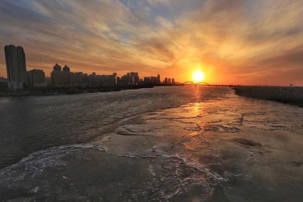 松花江大面积流冰 夜色中江面晶莹如画