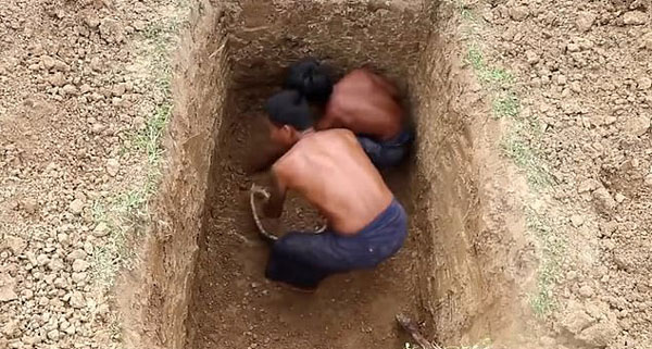柬埔寨两男子荒野求生 用原始工具建造护城游泳池