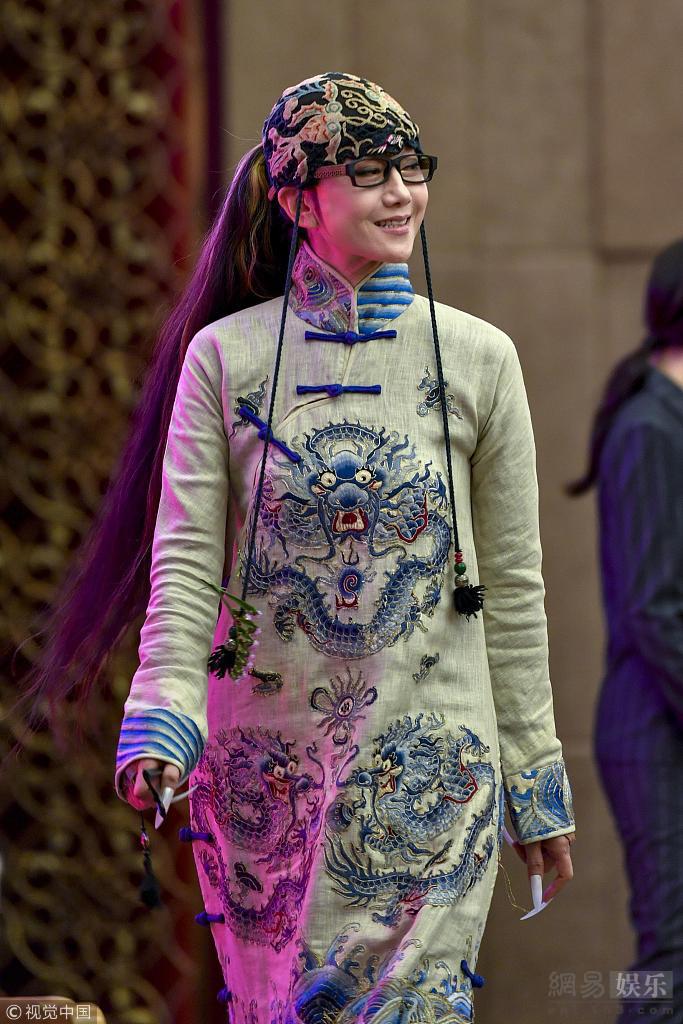 杨丽萍腿伤痊愈后亮相 穿民族风服装很吸睛