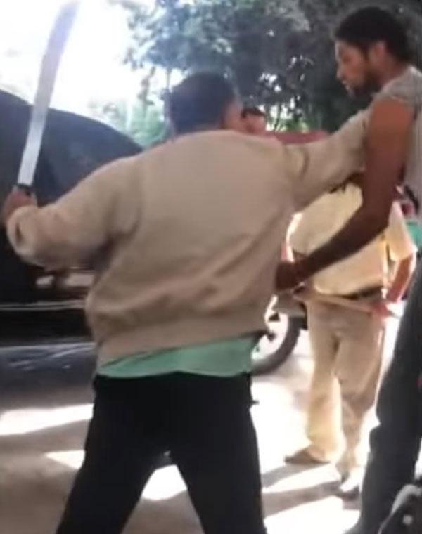 多米尼加官员持斧头追赶小偷 欲动私刑教训