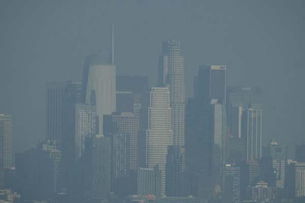 加州山火致洛杉矶笼罩在灰色烟霾中