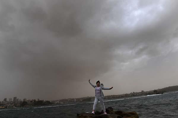 超强沙尘暴向悉尼逼近 游客不惧沙尘海边拍照