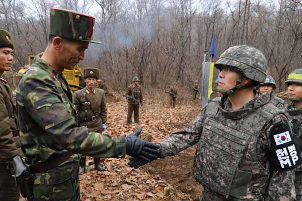 罕见!朝韩军人在三八线雷区修路 见面后握个手
