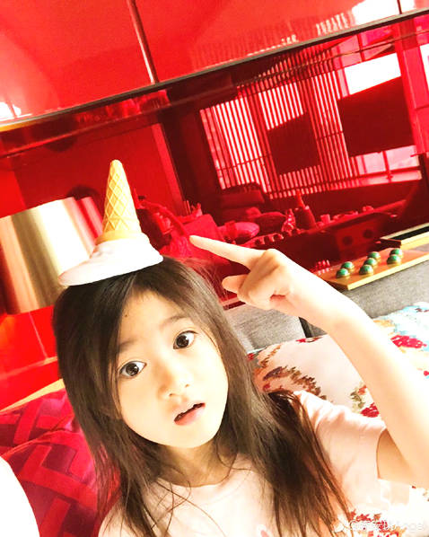 奥莉头顶冰淇淋头饰卖萌 非常顽皮可爱十足